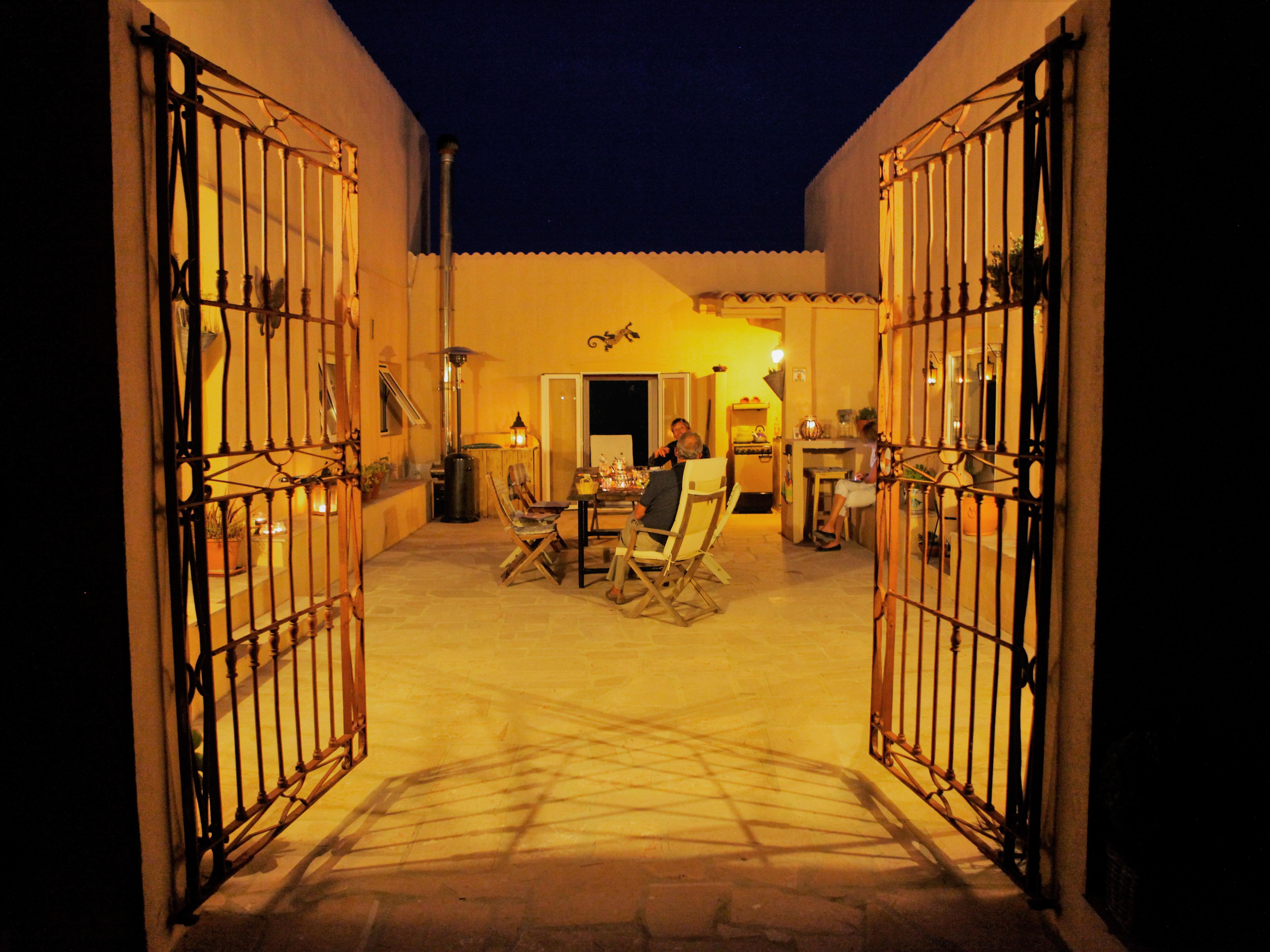 Patio by night bij Vakantiehuis Casa Espinal in Spanje, te huur via 123casitas